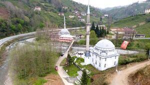 Derenin ayırdığı iki köyde 100 metre arayla iki cami