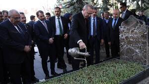 Cumhurbaşkanı Erdoğan, Alparslan Türkeşin mezarını ziyaret etti