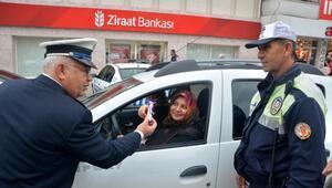 Kozan polisinden sürücülere çikolata