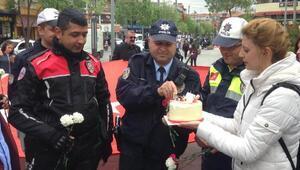 Bıçaklı kavga ihbarına gelen polislere, sürpriz kutlama