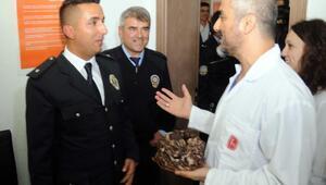 Sağlık çalışanlarından polislere pastalı sürpriz