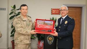Tuğgeneral Özfidandan Müdür Ekiciye komando hediyesi