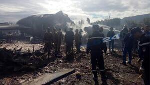 Cezayirde askeri uçak düştü İşte ilk kareler