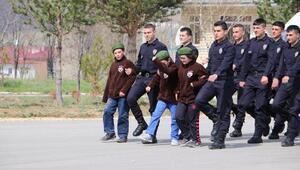 Bir günlüğüne polis olan engelli öğrenciler, denetim yaptı