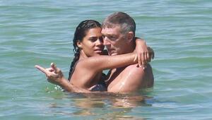Genç sevgiliyle aşk plajında