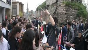 Sulukule Sanat Akademisi çaldı Erdoğn Tuna nehri türküsünü söyledi