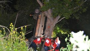 Ağaca asılı kalan otomobilde 4 kişi yaralandı