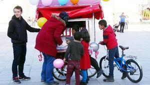 İyilik Hareketi üyesi üniversiteliler, sokakta yemek dağıttı