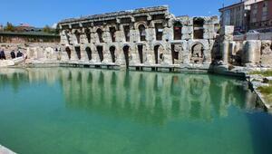 2 bin yıllık hamamın tanıtımı için Vali havuzda yüzdü