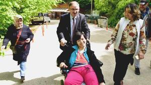Başkan Kurtulan tekerlekli sandalye ile pikniğe götürdü