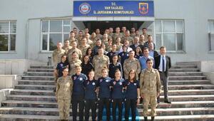 Hakkarigücü Kadın Futbol Takımından Tuğgeneral Özfidana teşekkür ziyareti