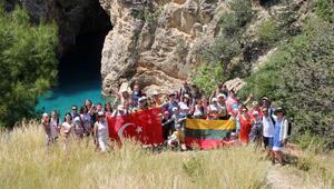 Turistler, tarlada çilek yiyip, dalından dut topluyor