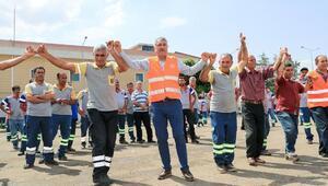 Başkan Karalar, işçilerle halay çekti