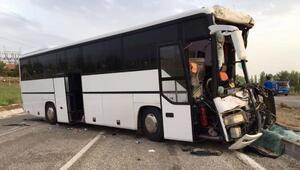 Tur otobüsü, park halindeki TIRa çarptı: 1 ölü, 46 yaralı
