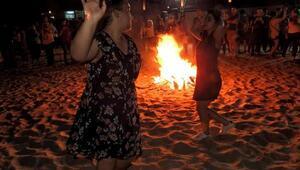 Çeşmede Hıdırellez ateşi plajda yandı, dilekler kuma yazıldı