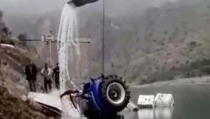 Batan feribottaki traktör, iş makinesiyle çıkarıldı
