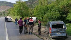 Gümüşhacıköyde hafif ticari araç refüje çarptı: 2 yaralı