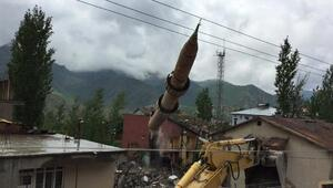 Betüşşebapta çürük raporlu cami ve minaresi yıkıldı