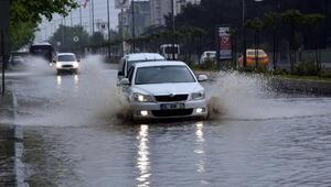 10 dakikalık yağışta yollar göle döndü