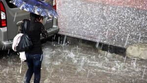 Erzurum'da doluyla karışık sağanak yağış etkili oldu. İstinat duvarı çöken mahallede 3 evde hasar oluştu