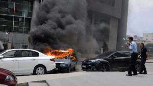 Adliye önünde otomobilini ateşe verdi