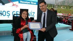 Tıp Fakültesini bölüm birincisi olarak bitiren engelli öğrenciye büyük alkış