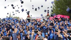 Gedizde 790 yüksekokul öğrencisi törenle kep attı