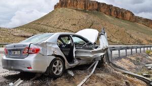 Bariyerlere saplanan otomobildeki öğretmen öldü