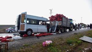 Ahlatta minibüs traktörle çarpıştı: 2 ölü, 1i ağır 10 yaralı