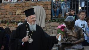 Bartholomeosun öğrencilik yıllarının tasvir edildiği heykeli okuduğu okulun bahçesine konuldu