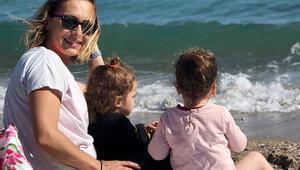 Ayça Bingöl ikizleriyle sahile indi