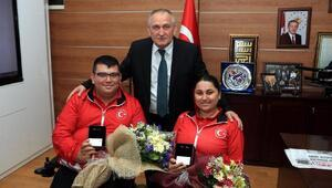 Başkan Yılmazdan başarı elde eden sporculara hediye