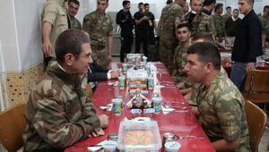Milli Savunma Bakanı Canikli, ilk iftarını sınırda Mehmetçik ile yaptı