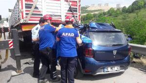 Emniyet şeridindeki TIRa çarpan otomobilin sürücüsü öldü