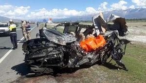 Halk otobüsü ile otomobil çarpıştı: 3 ölü, 16 yaralı