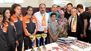 Spor turnuvasındaki başarılı sporcular ödüllendirildi