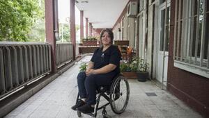 Jülide hemşire tekerlekli sandalyesi ile hastanede şifa dağıtıyor