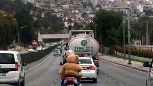 Motosiklet sürücüsünün oyuncak ayıyla ilginç yolculuğu