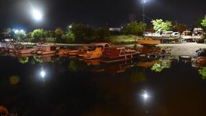 Bakırköyde otomobil su kanalına uçtu