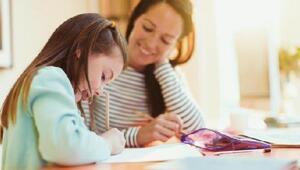 Türkler haftada 9 saat çocuklarının ödevlerine yardım ediyor