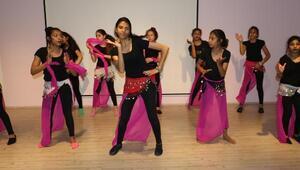Roman kız çocukları, Hint dansı öğreniyor