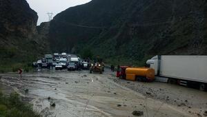 Erzurumda sel, yolu kapattı