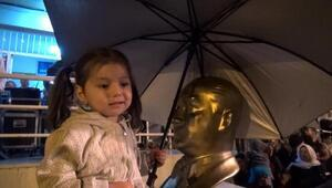 Sağanakta Atatürk büstüne şemsiye tuttu
