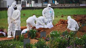 Ölü sayısı artıyor... Yayılan virüsten hayatını kaybedenleri böyle gömdüler