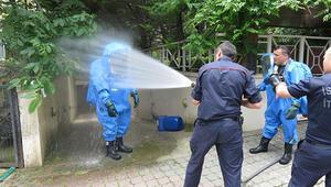 Havuzu temizlemek isterken kimyasaldan zehirlendi. İtfaiye özel kıyafetle müdahale etti