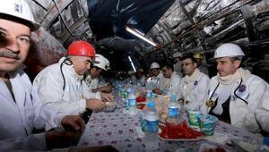 Maden işçileriyle birlikte iftar yaptılar