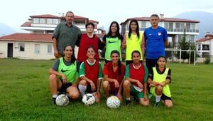 Erken evliliğe karşı kız futbol takımı kurdu
