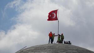 Taksim Camiine Türk bayrağı dikildi