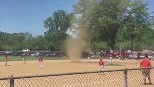 Beysbol sahasında çıkan hortum görenleri şaşırttı