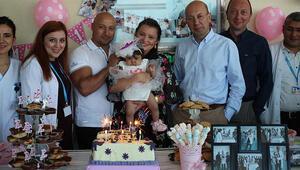 Karaciğer nakilli Azra bebeğe hastanede yaş günü kutlaması